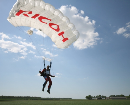 G-FORCE Events Reclame met parachutesprong